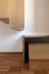 scala stile moderno con pedate alzate e parapetto in rovere verniciato_design fc arredamenti