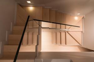 abbruscato scala stile moderno con rivestimento pedata ed alzata in rovere verniciato e parapetto in cristallo_design fc arredamenti