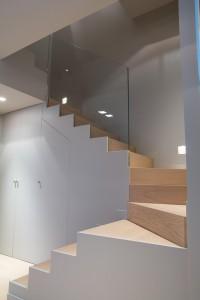 scala stile moderno con rivestimento pedata ed alzata in rovere verniciato e parapetto in cristallo_design fc arredamenti