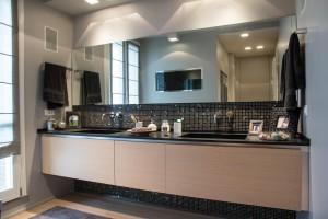 bagno stile moderno con mobile in rovere verniciato e piano top in agglomerato di quarzo, design fc arredamenti