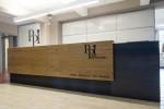 reception stile moderno con frontale in rovere verniciato ed acciaio grezzo, design fc arredamenti