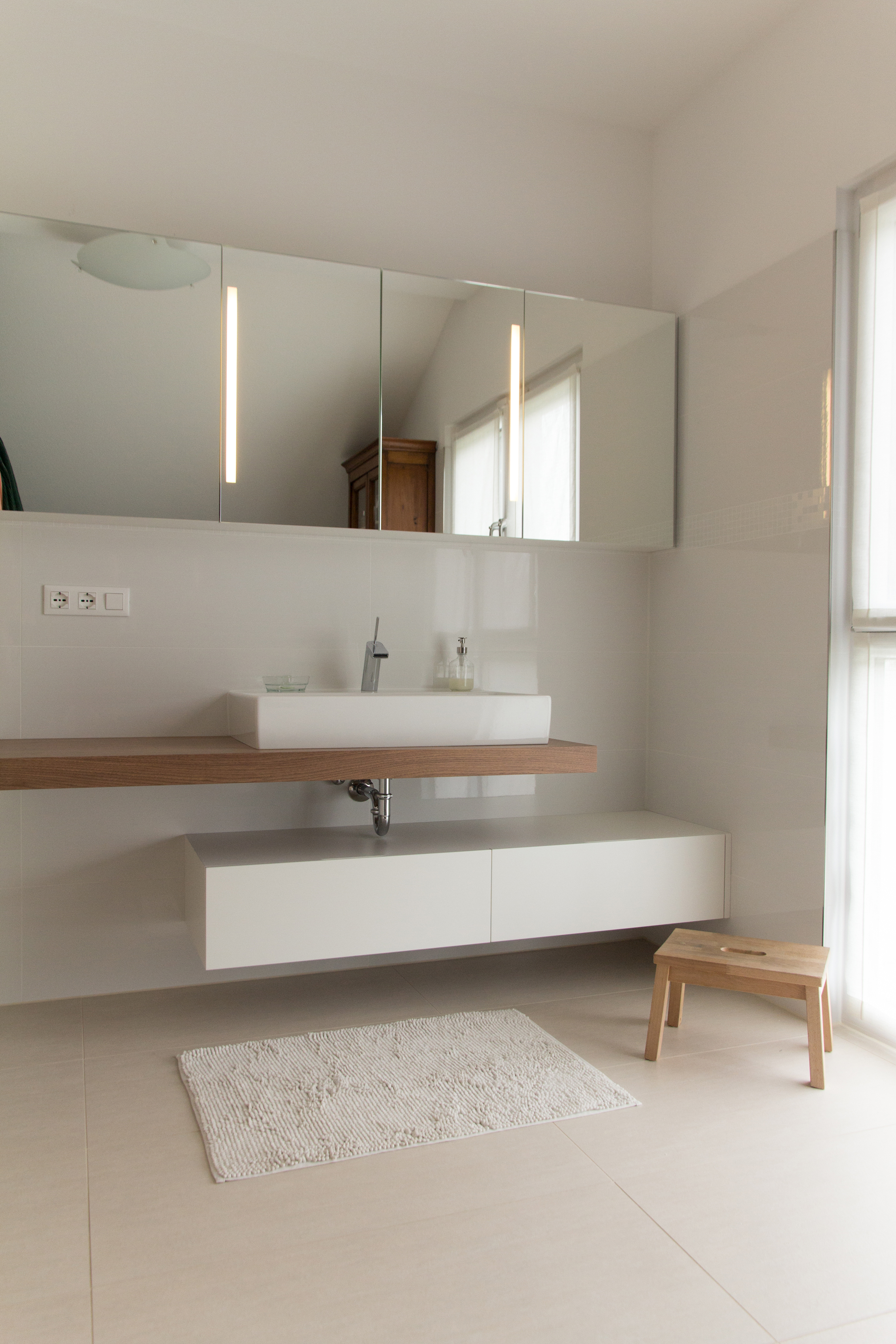 specchio bagno con mensola 70 : 04_bagno stile moderno con mensola in noce canaletto verniciato ...