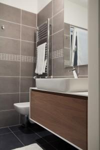 bagno stile moderno con mobile in noce canaletto verniciato e rivestimento in corian, design fc arredamenti