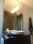 bagno stile moderno con mobile laccato e piano top in cristallo retroverniciato, design fc arredamenti