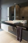 bagno stile moderno con mensola e lavello in corian integrato, design fc arredamenti
