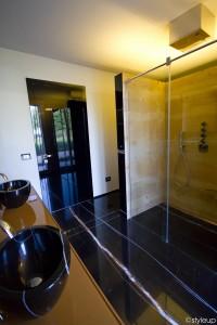 bagno stile moderno con mobile laccato e rivestimenti in marmo, design fc arredamenti