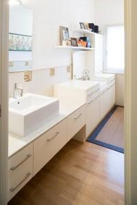 bagno stile classico con mobile laccato e piano top in corian, design fc arredamenti