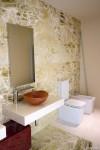 bagno stile moderno con mobile laccato, mensola e rivestimenti in marmo, design fc arredamenti