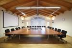tavolo riunioni stile modeno con piano in noce verniciato e piedi in acciaio satinato, design fc arredamenti