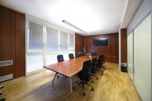 ufficio stile moderno con armadiature in noce verniciato e tavolo riunioni in noce verniciato ed acciaio, design fc arredamenti