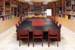 tavolo riunioni stile modeno con piano in rovere tinto ed inserti laccato opaco, design fc arredamenti