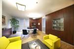ufficio stile moderno con armadiature in noce verniciato e scrivanie in cristallo retroverniciato ed acciaio, design fc arredamenti