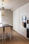 cucina stile moderno con basi pensili e colenne laccate, piano top in agglomerato di quarzo, design fc arredamenti