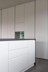 cucina stile moderno con basi e colenne laccate, piano top in granito, design fc arredamenti