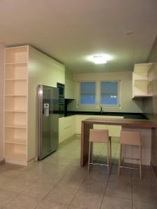 cucina stile moderno con basi pensili e colenne laccate, piano top in granito e penisola in noce verniciato, design fc arredamenti