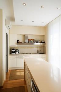 cucina stile classico con basi pensili e colenne laccate, piano top in agglomerato di quarzo, design fc arredamenti