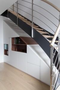 sottoscala con mobile stile moderno in noce canaletto verniciato e laccato, design fc arredamenti