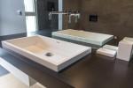piano bagno in corian nocturne con lavandino saldato in corian glacier white, design fc arredamenti