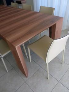 tavolo stile moderno con piano e piedi in noce verniciato, design fc arredamenti