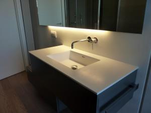 piano top bagno in corian glacier white con lavello integrato, design fc arredamenti