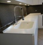 piano top cucina in corian glacier white con lavello integrato, design fc arredamenti