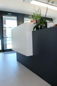 frontale reception in corian glacer white e nocturne, design fc arredamenti