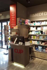 negozio farmacia stile moderno con casse e boiserie in laminato ed elementi d'arredo in cristallo satinato e piombo, design fc arredamenti