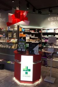 negozio farmacia stile moderno con casse e boiserie in laminato ed elementi d'arredo in cristallosatinato e piombo, design fc arredamenti